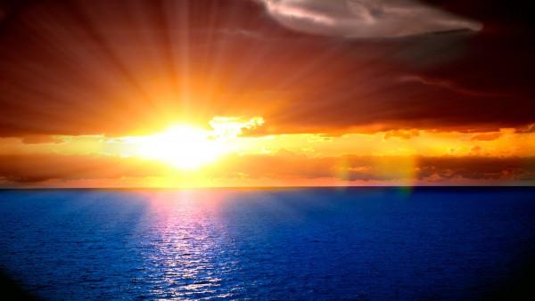 Fondo Pantalla Atardecer sobre un Mar Azul